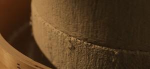 越前福井の地で創業時からずっと丁寧に使い込まれている石臼があります。