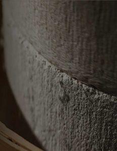 100年そば粉カガセイフン  越前福井の地で創業時からずっと丁寧に使い込まれている石臼があります。 日本で唯 一、100年以上使われている石臼です。 もちろん、古いから良いのではなく、100年メンテナンスし続けているから、他のどのそば粉屋さんにも出せない味わいが出るのです。 カガ製粉の粉には100年以上の歴史が刻まれています。