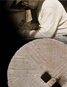 私たちが代々受け継いでいるこだわり「道具」  薪と同じように切り出してすぐの石も水分を保有しています。石臼として使用する場合、石自体の水分をあらかじめ空気に晒して抜かないといずれ歪みが生じ上下臼がかみ合わなくなって粉を挽かなくなります。 そのため、しっかりと水を抜くために石を切り出してから約20年寝かせ、その後、目を起こして使うようにしています。