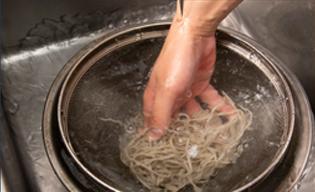 【吉峰】蕎麦の茹で方04ザルにあけて洗う|カガセイフン