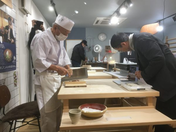 9代そば打ち名人岡本幸廣氏による、オンライン蕎麦打ち体験が開催されました。